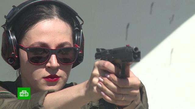 Фотомодель обучает стрельбе молодых жительниц Чечни.Чечня, стрельба.НТВ.Ru: новости, видео, программы телеканала НТВ