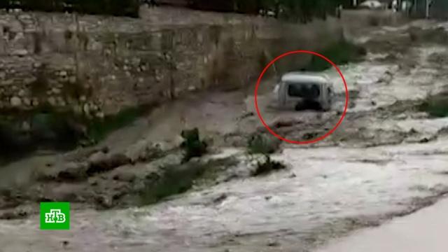 ВДагестане после ливня УАЗ селевым потоком унесло вглубокое ущелье.Дагестан, погода.НТВ.Ru: новости, видео, программы телеканала НТВ