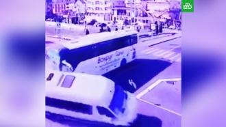 Момент столкновения туристических автобусов вСочи