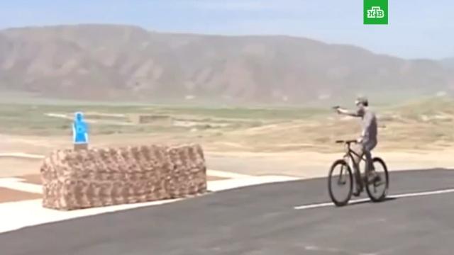 Глава Туркмении продемонстрировал меткую стрельбу во время езды на велосипеде.Туркмения, курьезы.НТВ.Ru: новости, видео, программы телеканала НТВ
