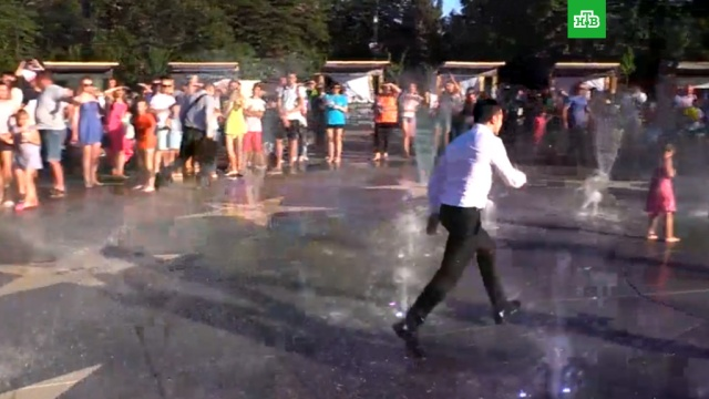 Зеленский пробежал через фонтан в Мариуполе.Зеленский, Украина, курьезы.НТВ.Ru: новости, видео, программы телеканала НТВ
