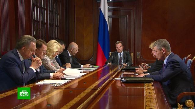 Медведев поручил выяснить, почему подорожал бензин.Медведев, бензин, тарифы и цены, экономика и бизнес.НТВ.Ru: новости, видео, программы телеканала НТВ