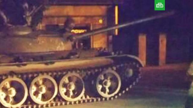 Пьяные поляки прокатились по центру города на советском танке.Польша, пьяные.НТВ.Ru: новости, видео, программы телеканала НТВ