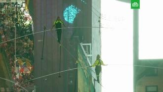 Брат исестра Валленда прошли по канату между небоскребами над <nobr>Таймс-сквер</nobr>