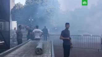 Во Львовской области Порошенко встретили дымовыми шашками