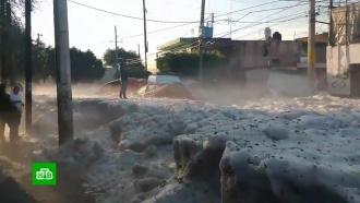 Гвадалахару сковало льдом после летнего ливня сградом