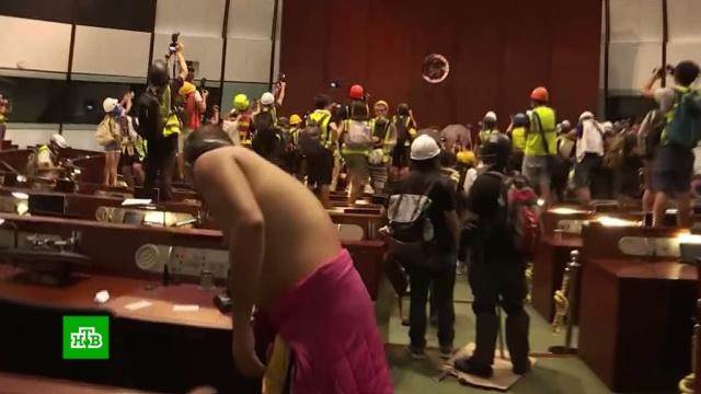 Протестующие в Гонконге взяли штурмом парламент.Гонконг, Китай, митинги и протесты.НТВ.Ru: новости, видео, программы телеканала НТВ