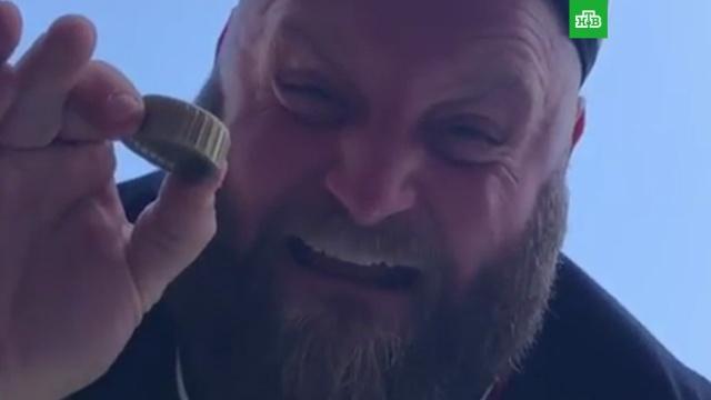 #Bottlecapchallenge: Макгрегор иСтэтхем открыли бутылки ногами.Instagram, знаменитости, соцсети.НТВ.Ru: новости, видео, программы телеканала НТВ