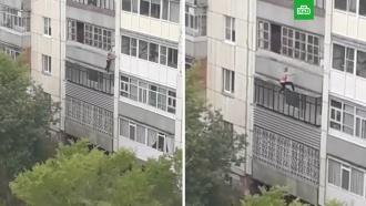 Запертая в квартире пьяная девушка сорвалась с третьего этажа