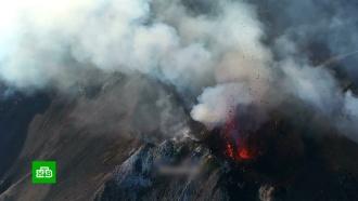 Извержение вулкана заставило туристов впанике прыгать вморе