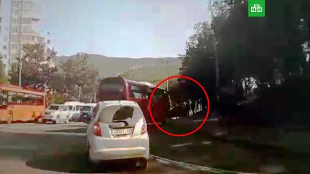 На Камчатке автобус въехал втолпу на остановке.ДТП, Камчатка, автобусы.НТВ.Ru: новости, видео, программы телеканала НТВ