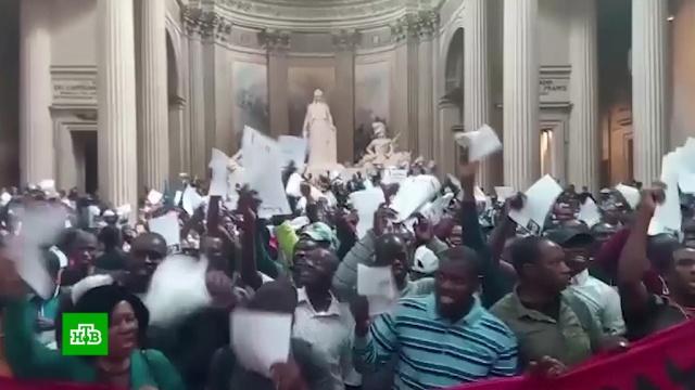 Сотни мигрантов устроили бунт в парижском Пантеоне.Париж, Франция, мигранты, митинги и протесты.НТВ.Ru: новости, видео, программы телеканала НТВ