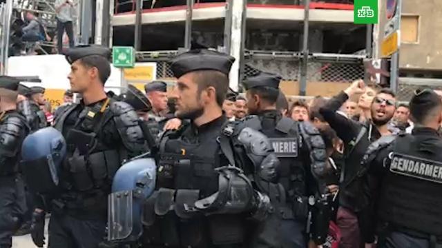 В Париже протестующие строят баррикады на Елисейских Полях.Париж, Франция, митинги и протесты.НТВ.Ru: новости, видео, программы телеканала НТВ