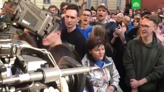 Участники несанкционированной акции приветствуют журналистов НТВ