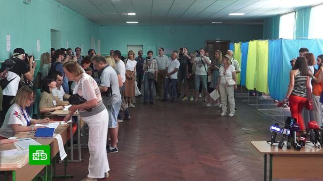 Плохая явка и сотни нарушений: как на Украине выбирают Верховную раду.На Украине выбирают депутатов Верховной рады. К ним, учитывая полномочия украинского парламента, приковано не меньшее внимание, чем к президентским. Явка пока не самая высокая. По данным на 16:00, на участки пришли немногим больше 20% граждан. В ЦИК Украины заявили, что голосование проходит в штатном режиме. МВД же доложило о тысяче заявлений о нарушениях. Речь идет не только о незаконной агитации, но и об использовании на одном из участков кастрюли в качестве сейфа.выборы, Зеленский, парламенты, Украина.НТВ.Ru: новости, видео, программы телеканала НТВ