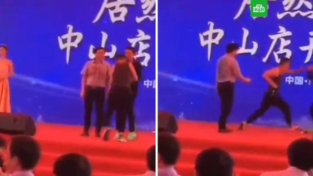 Актера из «Лары Крофт» ударили ножом во время выступления.Известный китайский актер и режиссер Саймон Ям госпитализирован после нападения неизвестного.артисты, Китай, нападения.НТВ.Ru: новости, видео, программы телеканала НТВ