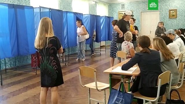 На Украине в четырех областях избирательные участки открылись с опозданием.Приходят первые данные о ходе голосования на Украине. Там сегодня досрочно выбирают Верховную раду. Сообщается о высокой активности избирателей, где-то даже выстроились большие очереди желающих исполнить свой гражданский долг. Вместе с тем наблюдатели фиксируют и первые случаи незаконной агитации и нарушений. Кроме того, 8 участков вовсе не открылись.Зеленский, Украина, выборы, парламенты.НТВ.Ru: новости, видео, программы телеканала НТВ