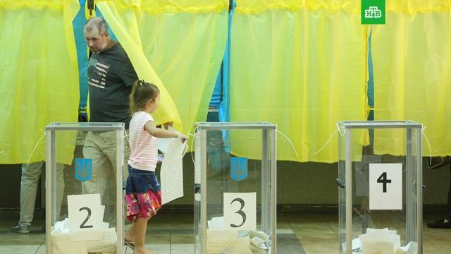 В Раду Украины проходят пять партий.Голосование на досрочных парламентских выборах завершилось на Украине — участки закрыты.Зеленский, Украина, выборы.НТВ.Ru: новости, видео, программы телеканала НТВ
