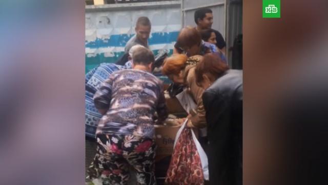 Новосибирцы устроили давку за просроченными продуктами у мусорных баков.Новосибирск, пенсионеры, торговля.НТВ.Ru: новости, видео, программы телеканала НТВ