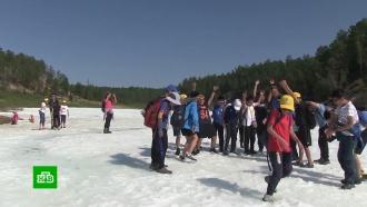 Жители Якутии и туристы спасаются от жары на леднике