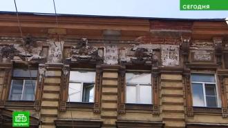 Рабочие уничтожили историческую лепнину в центре Петербурга