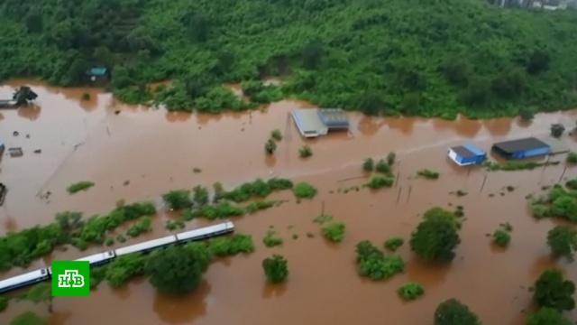 Поезд с700пассажирами едва не утонул из-за паводка.Индия, наводнения, поезда.НТВ.Ru: новости, видео, программы телеканала НТВ