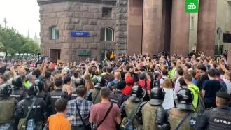 ВМоскве участников несогласованной акции задерживает полиция