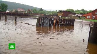 Вертолеты МЧС вывозят людей из затопленного Тулуна