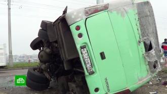 В Иркутске рейсовый автобус врезался в иномарку: двое погибли