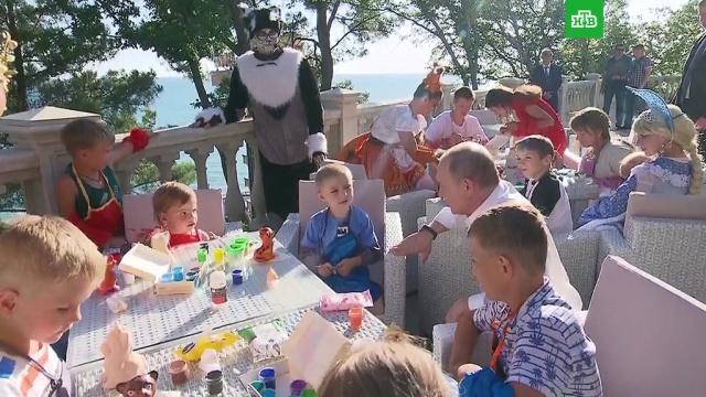 Рассказавший про «утонувший» детсад мальчик подарил Путину тигренка.Иркутская область, Путин, Сочи, дети и подростки, подарки.НТВ.Ru: новости, видео, программы телеканала НТВ