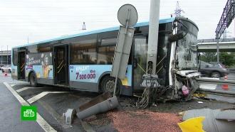 ВМоскве разбился рейсовый автобус, пострадали 9человек