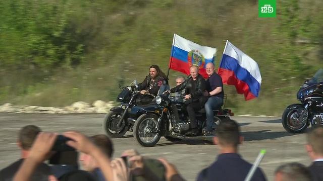 Путин приехал на байк-шоу вСевастополе на мотоцикле сколяской.байкеры, мотоциклы и мопеды, Путин, Севастополь.НТВ.Ru: новости, видео, программы телеканала НТВ