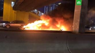 Электромобиль Tesla столкнулся с грузовиком и сгорел на МКАД