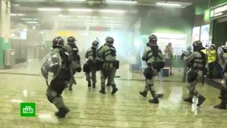 Демонстранты вГонконге заблокировали международный аэропорт