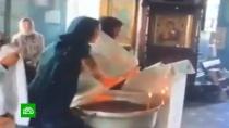 Священник отстранен от служения после скандала скрещением ребенка