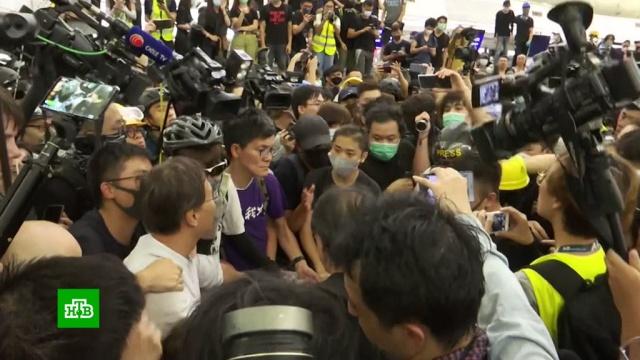 В аэропорту Гонконга протестующие избили туриста из материковой части Китая.Гонконг, беспорядки.НТВ.Ru: новости, видео, программы телеканала НТВ