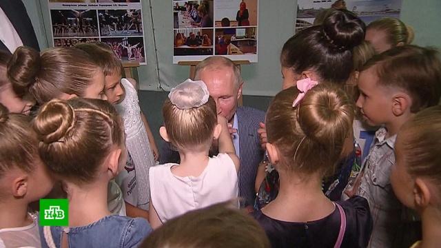 Путин поцеловал руку маленькой балерине.Крым, Путин, Севастополь, балет, дороги.НТВ.Ru: новости, видео, программы телеканала НТВ