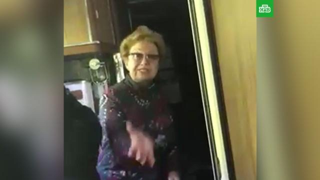 Пассажирка поезда наорала на проводницу за просьбу сдать белье.железные дороги, поезда.НТВ.Ru: новости, видео, программы телеканала НТВ