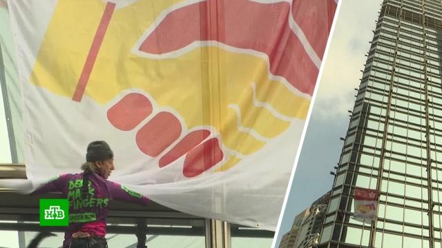 Человек-паук повесил на небоскребе в Гонконге флаг с призывом к миру.Гонконг.НТВ.Ru: новости, видео, программы телеканала НТВ