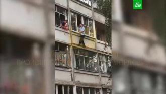 В Саранске неадекватный мужчина угрожал выбросить младенца из окна