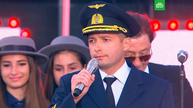 Герой — пилот А321 поздравил россиян с Днем флага.Москва, героизм, торжества и праздники.НТВ.Ru: новости, видео, программы телеканала НТВ