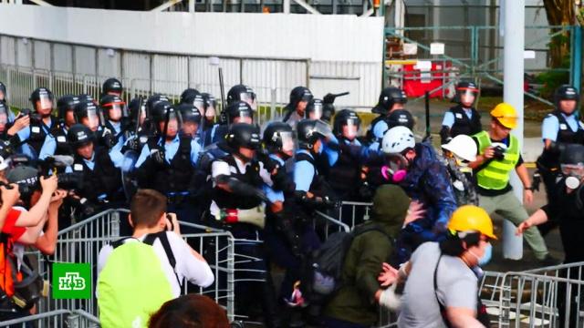 Протестующие в Гонконге жгли мусор и ломали фонари.Гонконг, Китай, беспорядки, митинги и протесты.НТВ.Ru: новости, видео, программы телеканала НТВ