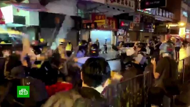 Гонконгские мятежники избивали полицейских арматурой итрубами.Гонконг, Госдепартамент США, драки и избиения, Китай, митинги и протесты, оппозиция, полиция, СМИ, США.НТВ.Ru: новости, видео, программы телеканала НТВ