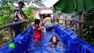 На Кубе из прицепа для трактора и куска брезента сделали детский бассейн