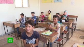 Российские военные привезли всирийскую провинцию Дераа еду ишкольные ранцы