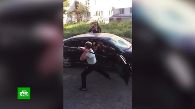 Разъяренный мужчина разгромил монтировкой чужую машину в Магадане.Магадан, нападения, драки и избиения.НТВ.Ru: новости, видео, программы телеканала НТВ