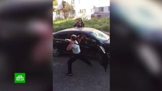 Разъяренный мужчина разгромил монтировкой чужую машину в Магадане