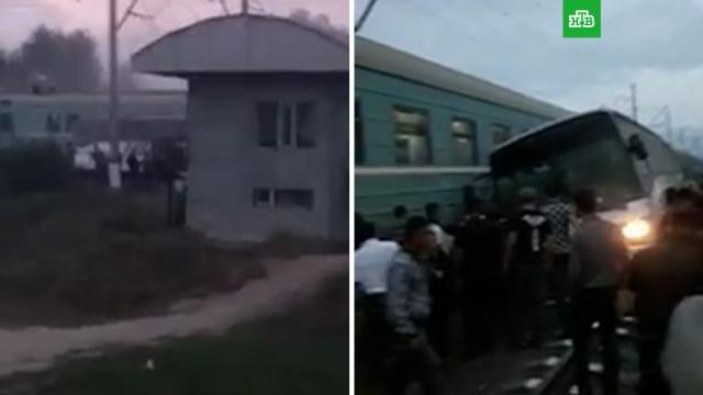 Поезд протаранил автобус на переезде: видео.Водитель рейсового автобуса погиб при столкновении с поездом в Казахстане. Число пострадавших уточняется.ДТП, Казахстан, автобусы, железные дороги, поезда.НТВ.Ru: новости, видео, программы телеканала НТВ