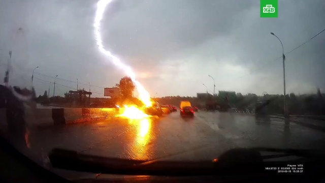 Молния ударила в автомобиль под Новосибирском.Новосибирск, автомобили, видеорегистратор, дороги, молния.НТВ.Ru: новости, видео, программы телеканала НТВ