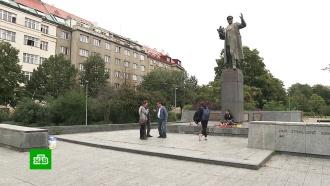 Чешский активист приковал себя к памятнику маршалу Коневу в Праге
